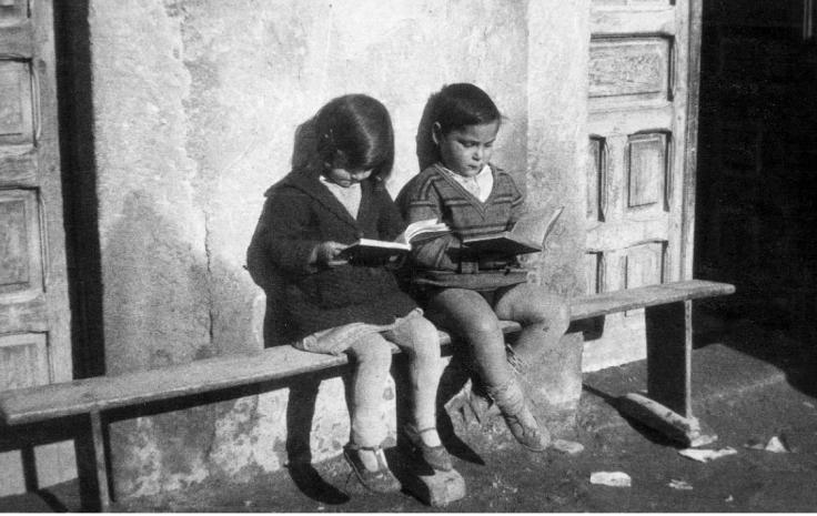 un-nic3b1o-y-una-nic3b1a-leyendo-unos-libros-de-la-biblioteca-de-misiones-pedagc3b3gicas-hacia-1932-expo